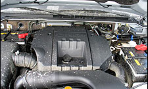 Litt søle finner veien opp i motorrommet.