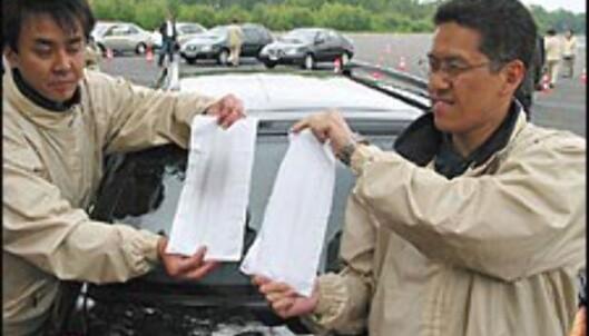<strong>REN:</strong> Toyotas ingeniører demonstrerer hvor ren D-CAT-motoren er ved å holde lommetørkler foran eksosrøret til en ordinær Avensis D-4D og en D-4D D-CAT.