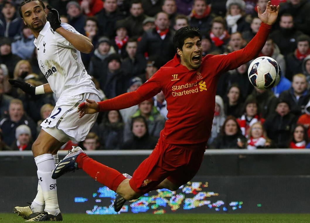 <strong>KONTROVERSIELL:</strong> Liverpools Luis Suarez (t.h.) har fått mye kritikk for spillestilen sin. Her hjelper han litt ekstra til etter å ha vært borti Tottenhams Benoit Assou-Ekotto i Tottenhams straffefelt forrige helg. Foto: Reuters / Phil Noble / NTB Scanpix