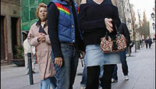 Miniskjørt, tights og flate pumps, slik var det i 1985 og slik har det blitt også i 2004.<br /> <br /> <I>Foto: Inga Holst</I>