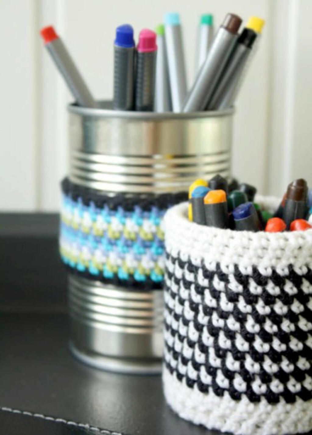 HERMETIKK-TREKK: Hekle trekk til metallbokser og bruk dem til å oppbevare skrivesaker eller småting. FOTO: Janne Merete Frydenlund