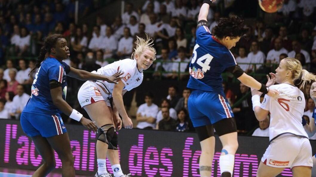 <strong>VÅKNET ETTER TREG START:</strong> Ida Alstad og resten av det norske landslaget trengte en vekker før de startet å spille god håndball. Foto:  AFP PHOTO / JEAN-SEBASTIEN EVRARD / NTB scanpix