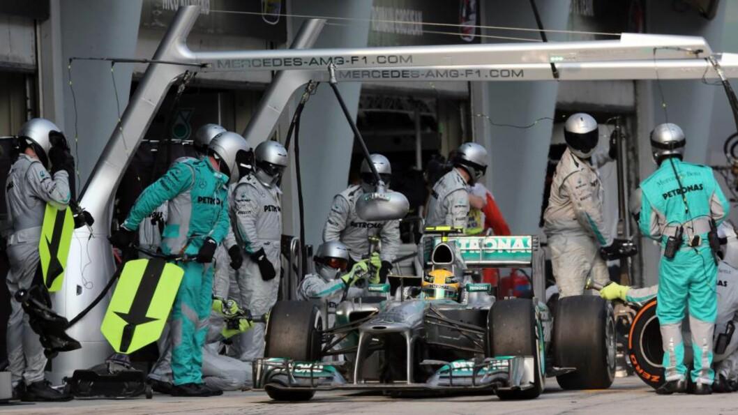 <strong>FANT OMSIDER FREM:</strong> Mercedes-kjører Lewis Hamilton er her inne i riktig depot. Foto: EPA/RAYMOND/NTB scanpix