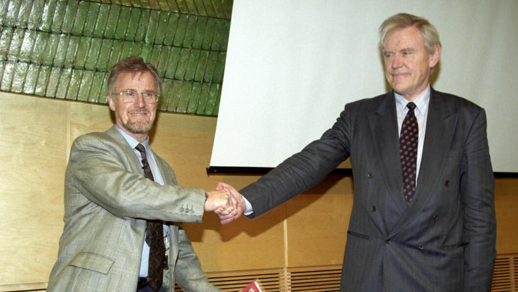 <strong>1997:</strong> Gudmund Hernes var helseminister. Her mottar han innstilling fra Inge Lønning i Lønning II-utvalget. Utvalget mener psykiatrien måtte prioriteres. Foto: Cornelius Poppe / NTB scanpix.