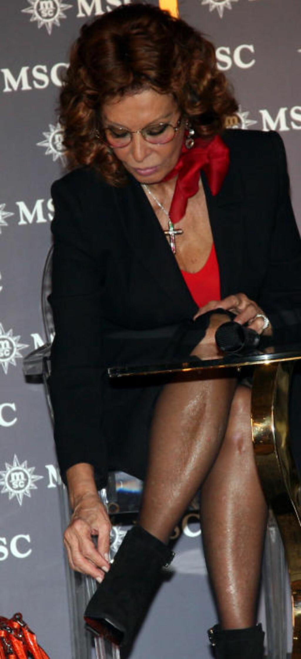 DÅPSREKORD: I helgen satte Sophia Loren en nesten uslåelig rekord. For tiende gang besørget hun at prosecco-flasken knuste som den skulle under en skipsdåp. Denne gang var det velvoksne «Msc Preziosa» som ble døpt i Genova. Foto: EIVIND PEDERSEN