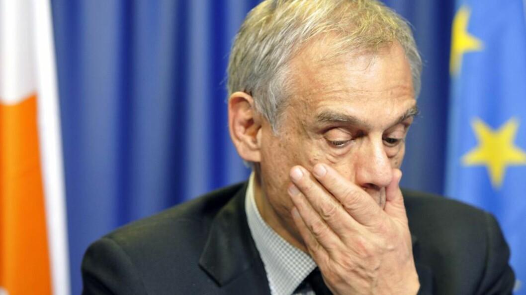 <strong>TØFFE TIDER:</strong> Kypros finansminister Michalis Sarris står til knes i problemer. Etter at det kypriotiske parlamentet avviste en krisepakke i forrige uke, kan nå kuttene for noen kypriotiske bankkunder bli enda tøffere om de nye forslagene går igjennom, avslører finansministeren. Foto: AFP PHOTO / GEORGES GOBET