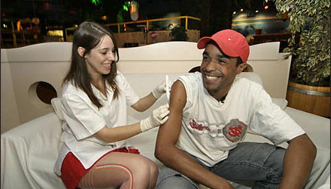 Laia injiserer VIP-chipen i armen på Baja Beach Clubs DJ Tico.<br /> <br /> <I>Foto: Fran Fernánde</i> Foto: Fran Fernández