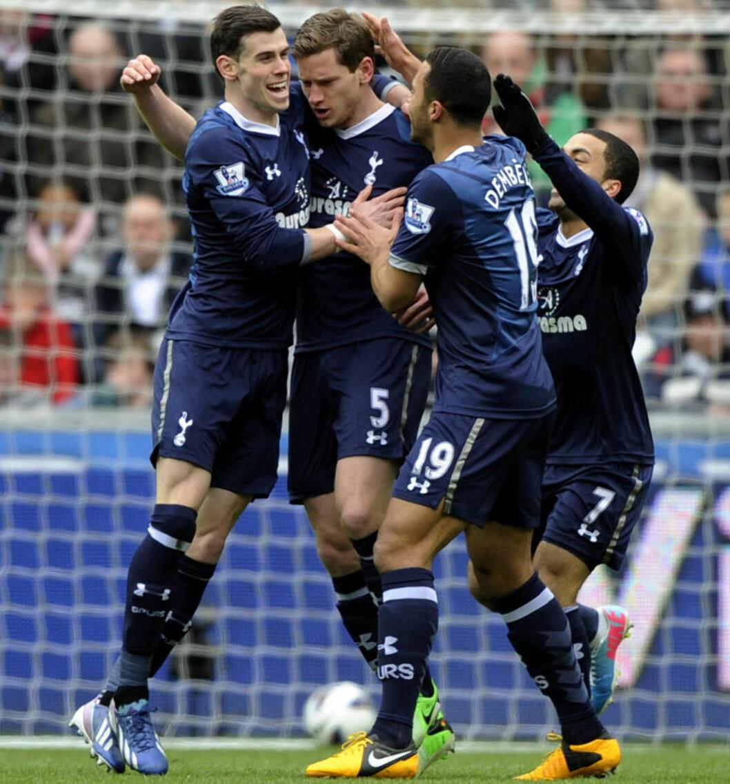 <strong>DAGENS DOBBEL:</strong> Bale og Jan Vertonghen (i midten) hadde hver sin scoring i 2-1-seieren mot Swansea. Det satt tydeligvis Moussa Dembele (t.h.) pris på. Foto: REUTERS / Rebecca Naden / NTB Scanpix