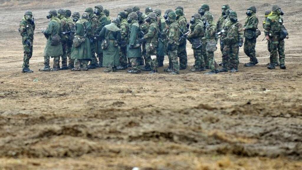 FORBEREDER SEG: Sørkoreanske styrker iført gassmasker tar oppstilling i grensebyen Paju tirsdag 2. april, dagen etter at presidenten advarte naboen i nord om at enhver provokasjon vil bli møtt med en militær motreaksjon. Advarlsene kom etter at myndighetene i Pyongyang gjorde det klart at de anså de to landene på Korea-halvøya for å være i krig. Foto: JUNG YEON-JE /  AFP Photo