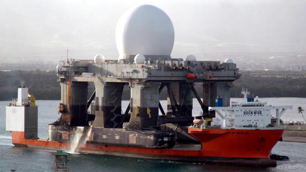 SUPERRADAR: Med denne sjøbaserte radarplattformen vil amerikanske forsvarsmyndigheter følge bevegelsene til det nordkoreanske forsvaret enda tettere. Her frakter lastebåten MV Blue Marlin SBX-radaren ved en tidligere anledning. Foto: Ryan C. McGinley / AFP Photo