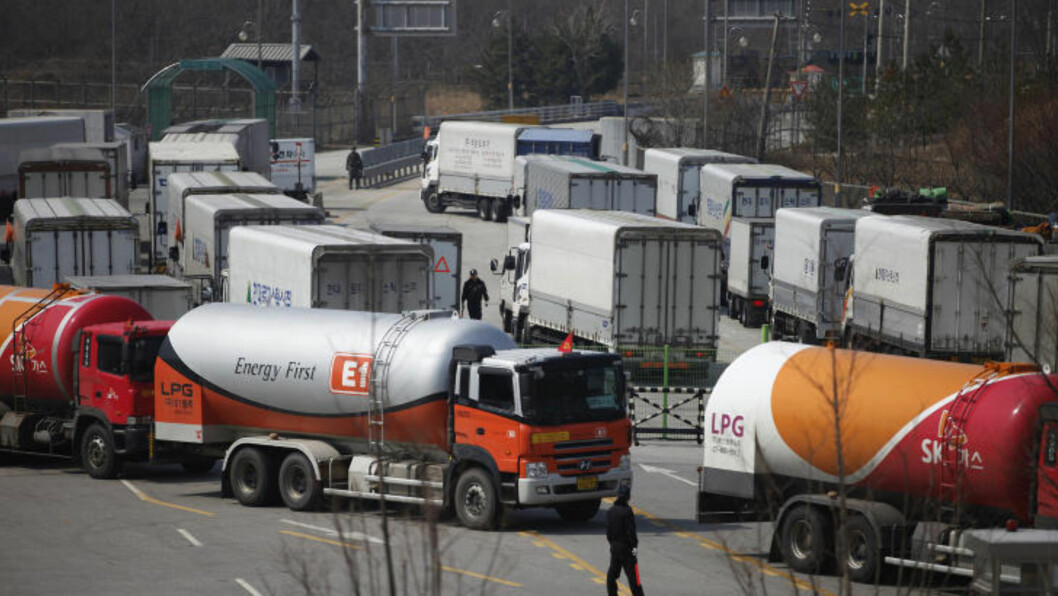 <strong>INGEN ADGANG:</strong> Sørkoreanske lastebiler måtte snu da Nord-Korea blokkerte adgangen til industrisonen Kaesong. Foto: Kim Hong-ji / Reuters / NTB scanpix