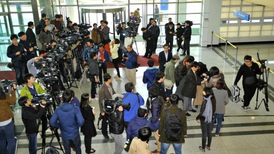 <strong>VOLDSOM INTERESSE:</strong> Journalister har samlet seg ved grensa etter å ha blitt nektet adgang til Kaesong. Foto: Jung Yeon-Je / AFP Photo / NTB Scanpix