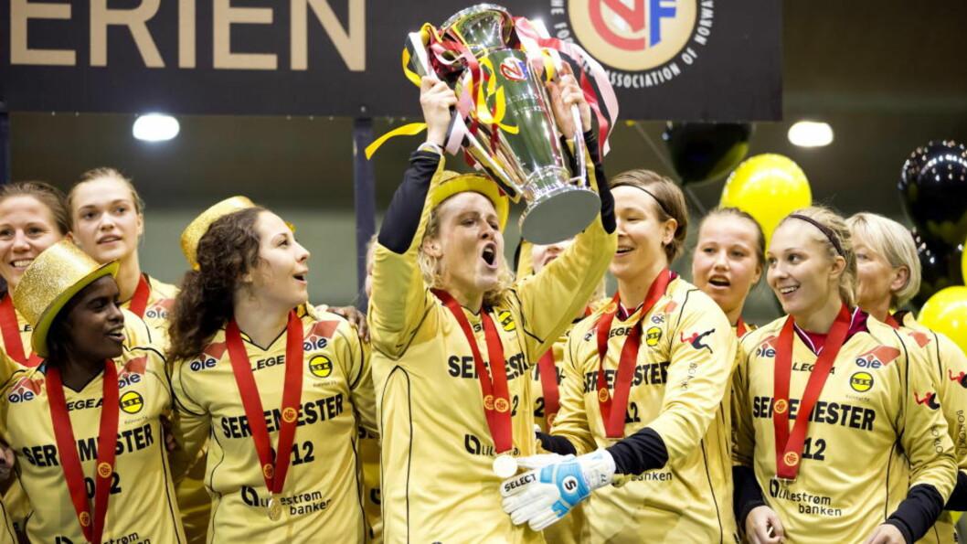 <strong>GJENTAR BEDRIFTEN:</strong> Dagbladet tror Isabell Herlovsen og Lillestrøm kan løftet trofeet for Toppserien i fotball også i 2013. Foto: Cornelius Poppe / NTB scanpix