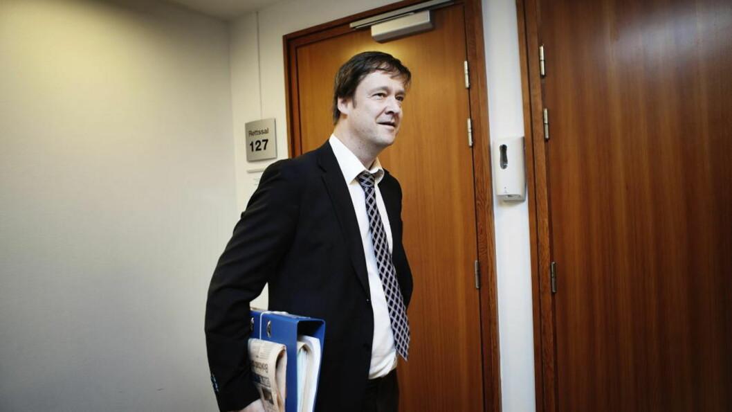 <strong>- BURDE IKKE SKJEDD:</strong>  Advokat John Christian Elden re svært kritisk til at politiet øvelseskjører i 205 km/t i Oslofjordtunnelen. Foto: CHristian Roth Christensen