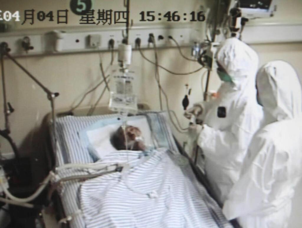 SYKE: Leger behandler en smittet 67-åring på et sykehus i Hangzhou. Foto :REUTERS / Chance Chan / NTB Scanpix