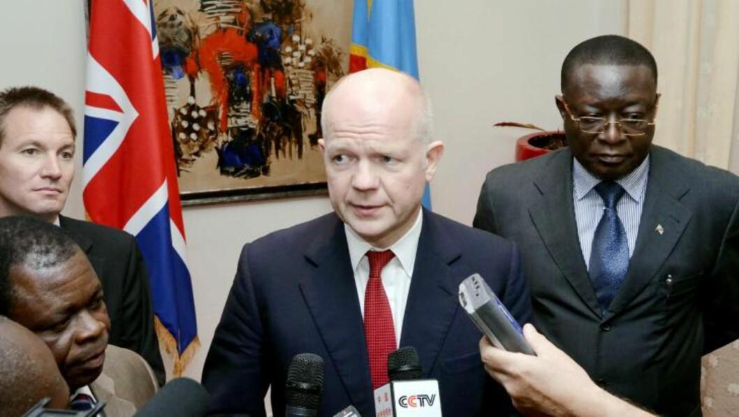 <strong>I Kongo:</strong> Den britiske utenriksministeren William Hague møtte Kongos president Joseph Kabila 28. mars. Dette bildet er fra dagen etter, da han møtte statsminister Matat Ponyo (t.h). Foto: Junior D. Kannah/AFP