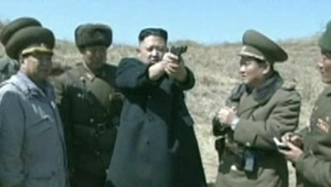 <strong>SABELRASLER:</strong> Nord-Koreas diktator Kim Jong-un har de siste dagene trappet opp krigsretorikken betydelig. Her fra i dag, under en skyteøvelse i hæren. Foto: KRT / REUTERS / NTB SCANPIX