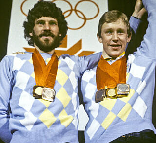PÅ PALLEN: Thomas Wassberg og Gunde Svan poserer med medaljene under OL i Sarajevo. Foto: Inge Gjellevik / TT / NTB Scanpix