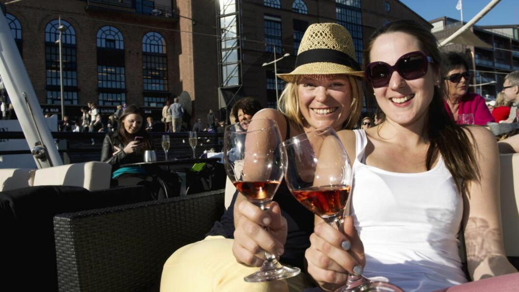 <strong>VARMERE:</strong>  Madeleine Magnuson (27) og Jannicke Eilertsen (25) koste seg med rosévin på Aker Brygge i Oslo på denne tida i fjor. Nå kommer varmen igjen. Akrivfoto: Øistein N. Monsen / Dagbladet.