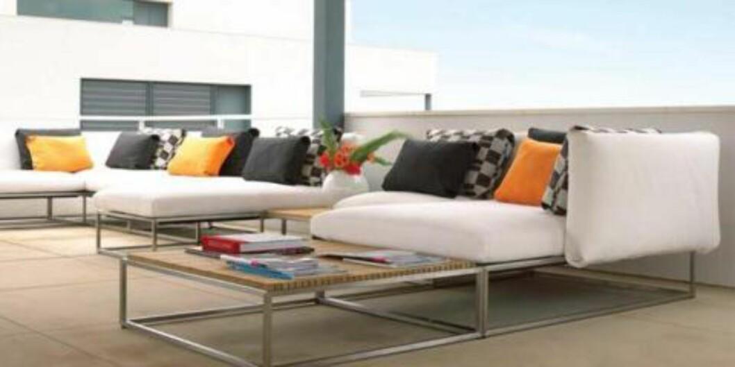 <strong>LUKSUS:</strong> Denne sofaen er fin nok til å ha inne i stuen, men er laget i et materiale som tåler både vann og utevær. Prislapp? Godt over 30 000 kroner. FOTO: Gloster/produsenten