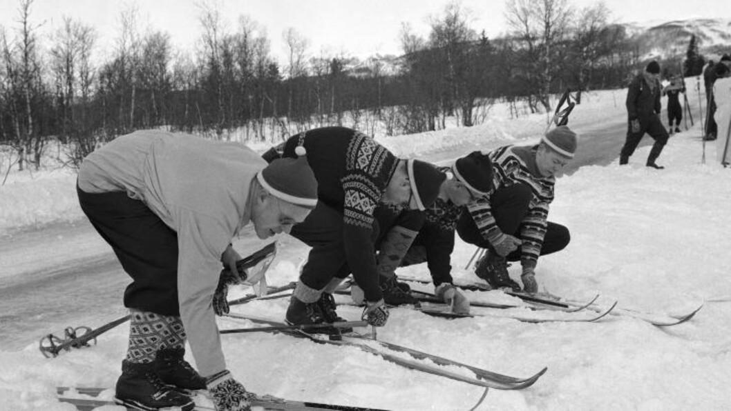 <strong> SKI-KURS FOR BLINDE:</strong>  Storløperen Håkon Brusveen hjalp Erling Stordahl med det første Ridderrennet. Her gir Håkon skiinstruksjon til deltakerne, etter sigende med følgende åpningsreplikk: Se på meg! FOTO: NTB / Scanpix.