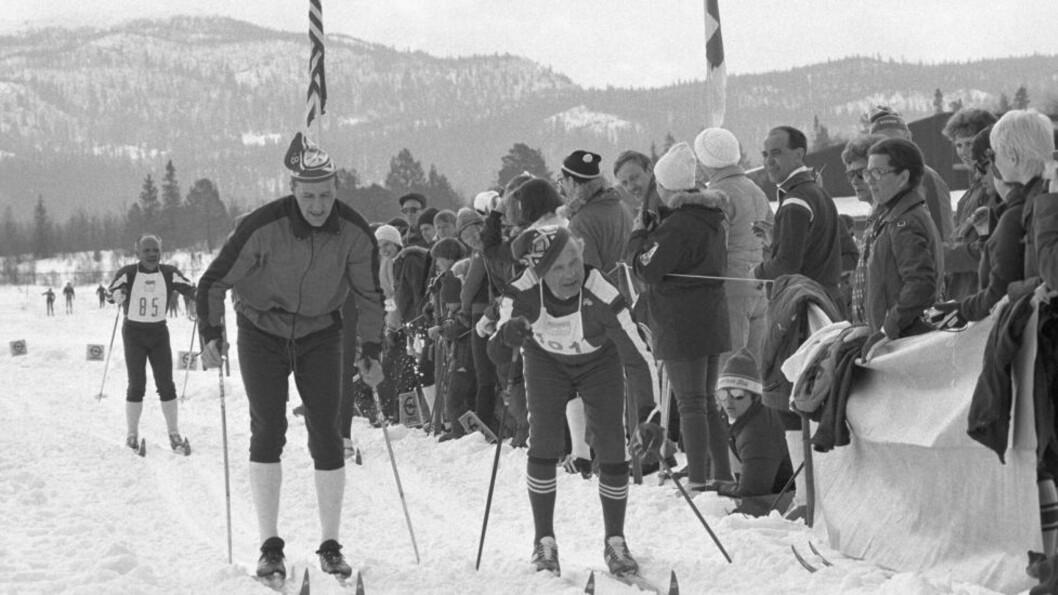 <strong> TO SKIPIONERER:</strong>  Skiaktivisten Erling Stordahl som godt voksen deltaker  i sitt eget Ridderrenn med en spesielt dyktig ledsager i Oddmund Jensen; landslagstreneren som bygget opp det norske langrennshegmoniet. FOTO: NTB / SCANPIX.