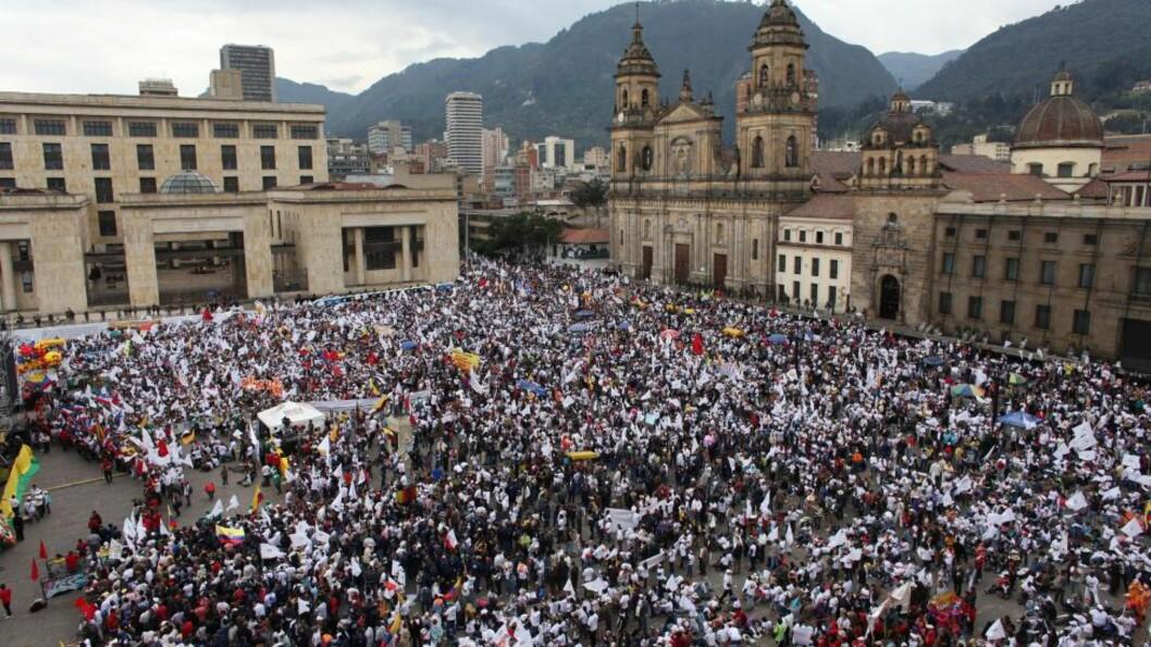 FREDSØNSKE: Hundretusener av kolombianere samlet seg på Plaza de Bolívar til støtte for fredsforhandlingene med FARC-geriljaen og president Juan Manuel Santos. Foto: AP / Scanpix / William Fernando Martínez