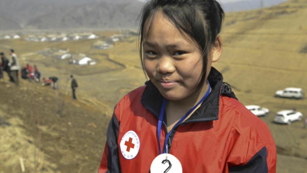 <strong>FRYKTER FLOM:</strong> Sammen med frivillige planter Røde Kors nye trær i åssidene rundt landsbyen Ryongchol-ri, for å forhindre jordras i regnperiodene. Kim Jung E er en av ungdommene som deltar. -I fjor begynte det plutselig å regne en kveld, det pøste ned i tre hele dager.  Alle broene og masse hus ble revet bort av vannet. I nabolandsbyen døde flere. Vi kunne ikke finne risåkeren vår, noe som skremte meg veldig. Foto: Røde Kors