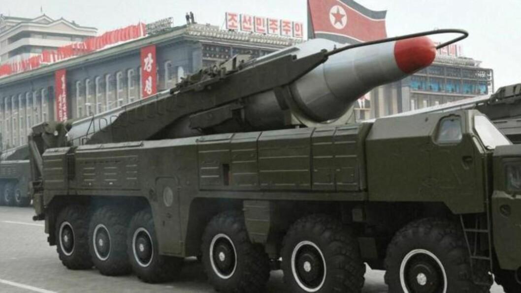 <strong>LUFTER RAKETTER:</strong>  Fra en militærparade i Pyongyang oktober 2010. En musudan-missil paraderes for Nord-Koreas ledelse. Foto: EPA/KCNA SOUTH KOREA OUT