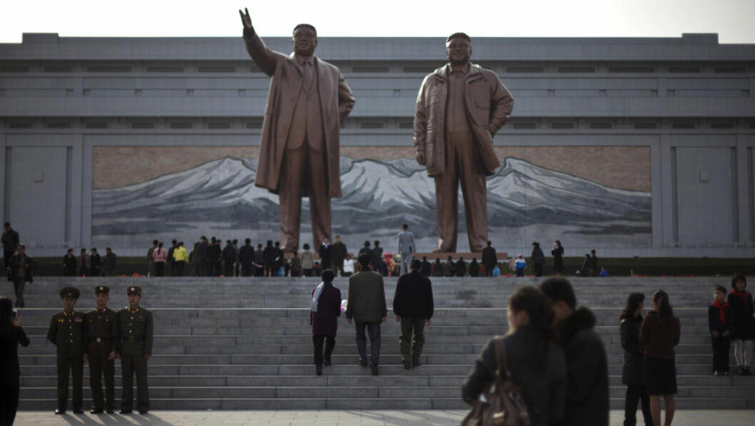 <strong>FEIRES:</strong>Kim Il-sung og hans sønn Kim Jong-il utenfor mausoleet der de ligger begravet. Idag er Nord-Koreas viktigste høytidsdag, Kim Il-sungs fødselsdag.(AP Photo/Alexander F. Yuan)