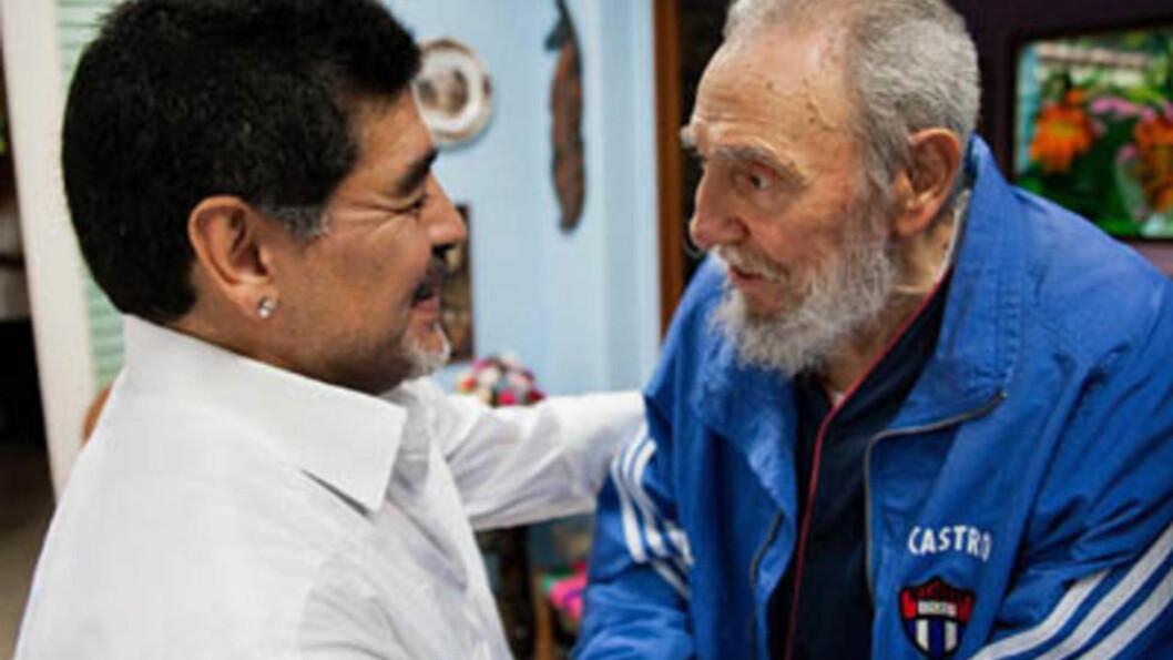 <strong>GAMLE VENNER:</strong> Fotballegenden Diego Maradona besøkte revolusjonslegenden Fidel Castro i Havanna lørdag. Foto: Granma