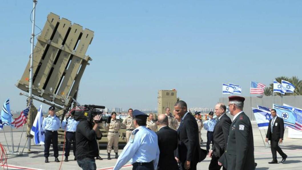 <strong>RAKETTFORSVAR:</strong> Iron Dome kalles systemet. Her viser USAs president Barack Obama systemet under et besøk på Ben Gurion-flyplassen. Foto: AFP/MANDEL NGAN
