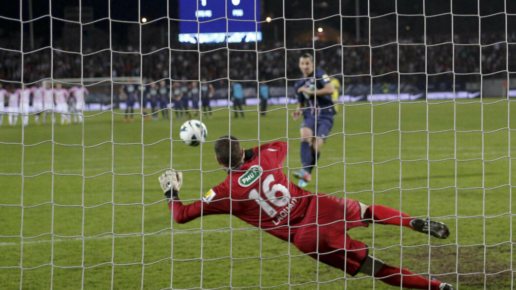 <strong> SYNDEREN:</strong>  Zlatan bommet i kveld på sin straffe mot den lille franske klubben E. Thonon Gaillard i cupen. Foto: REUTERS / Robert Pratta / NTB Scanpix