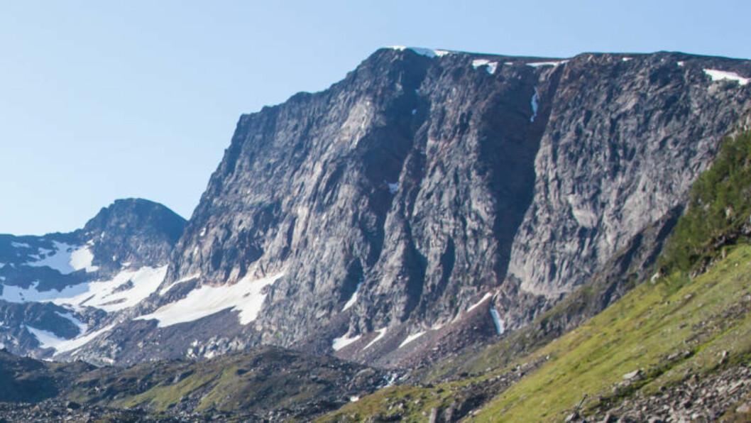 <strong>TO VARDER:</strong> Det er to varder på fjellet, den ene helt ute på kanten av stupet. Foto: John Johansen