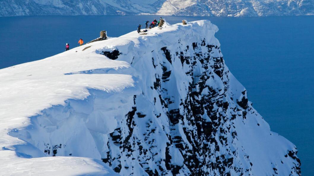 <strong>SVÆRT BRATT:</strong> Fjellet hvor fallulykken skjedde er et yndet turistområde, men svært bratt. Dette bildet viser turister på fjellet i 2009. Foto: John Johansen