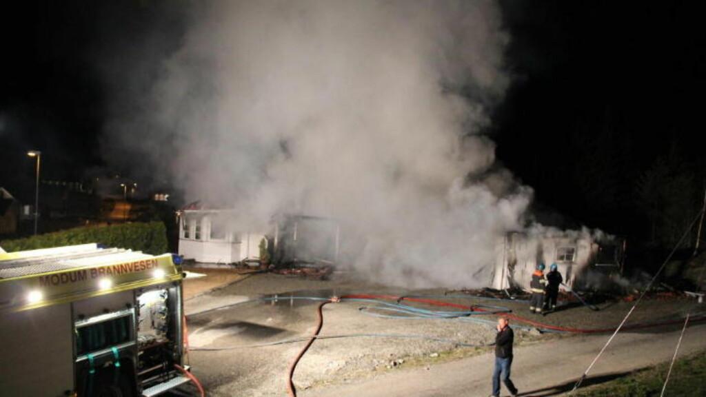 VÅKNET 01.50 NATT TIL 1. MAI:  Alle de sju beboerne kom seg ut av det brennende huset i Vikersund. Foto: Ole Chr. Nordby, Eikerfoto.