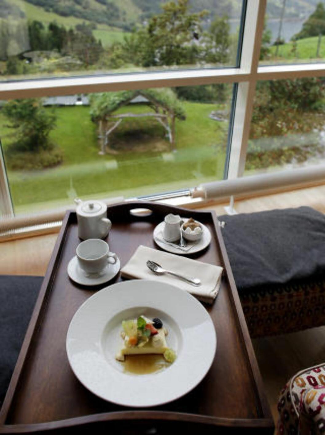 <strong>NOVEMBER:</strong> På  Hotel Union i Geiranger nyter du et stille måltid etter spabehandling. Her har vi  karamellpudding, kaffe og hvile med utsikt. Foto: OLE C. H. THOMASSEN