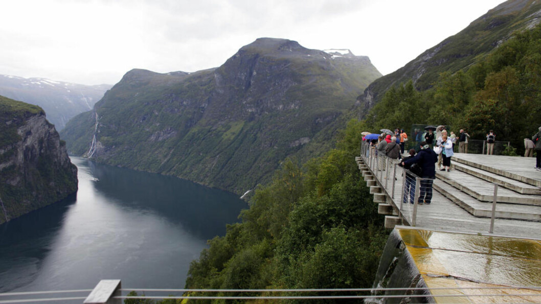 <strong>SEPTEMBER:</strong> Utsikt fra Ørnesvingen. Lengst ute i Geirangerfjorden kommer Hurtigruten som nettopp har passert fossefallene De syv søstre. Foto: OLE C. H. THOMASSEN