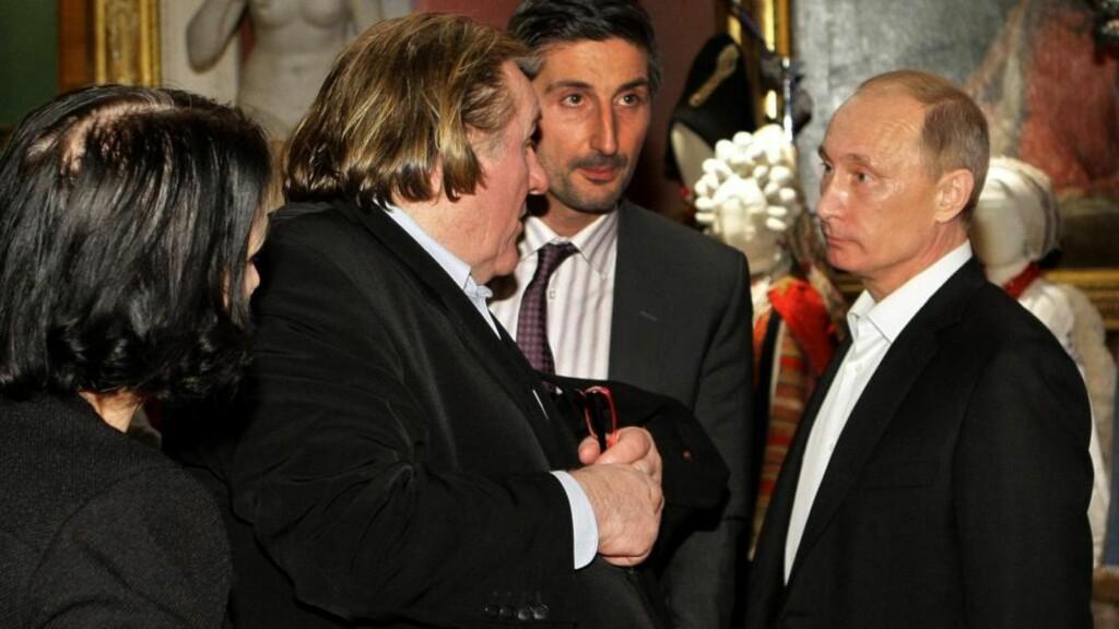 BLIR RUSSER: Tonen var tilsynelatende noe anstrengt da Gérard Depardieu møtte Vladimir Putin i St. Petersburg i desember - men Putin har likevel ønsket skuespilleren velkommen til Russland, etter at Depardieu slo seg vrang vedrørende de nye skattereglene i Frankrike. Foto: AFP / NTB Scanpix