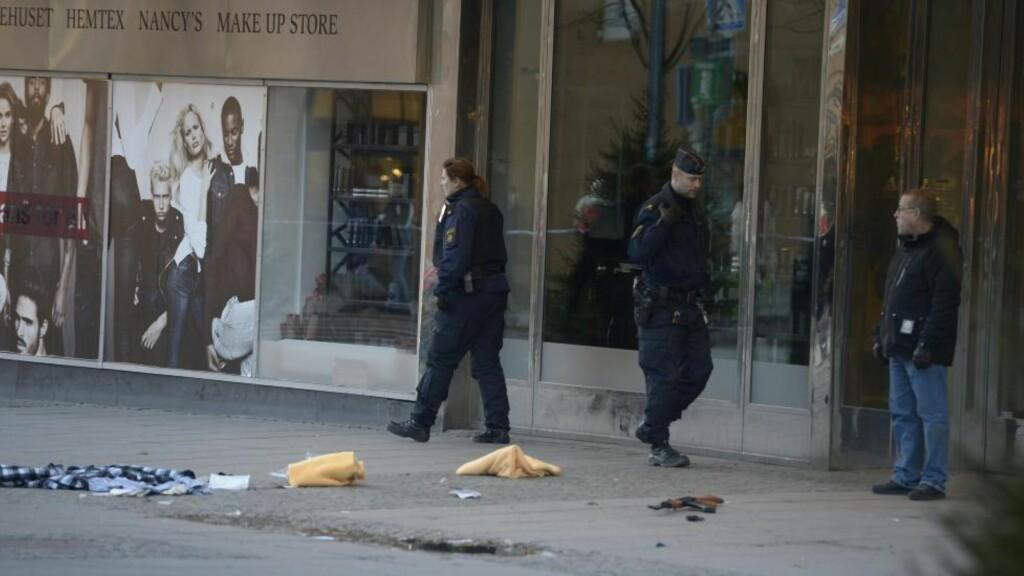 SKUTT I HODET: Flere ranere slo fredag til mot et kjøpesenter i Södertälje. En person er blitt skutt i hodet forbindelse med ranet, og svever mellom liv og død. Foto: Janerik Henriksson / NTB scanpix