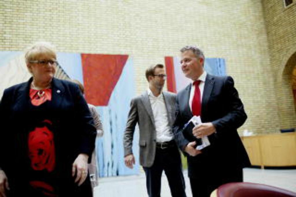 OSLO  20120601. F.v. Venstres Trine Skei Grande, Høyres Nikolai Astrup og Frps Per-Willy Amundsen i Stortingets vandrehall i forbindelse med bruddet i klimaforhandlingene. Foto: Stian Lysberg Solum / NTB scanpix