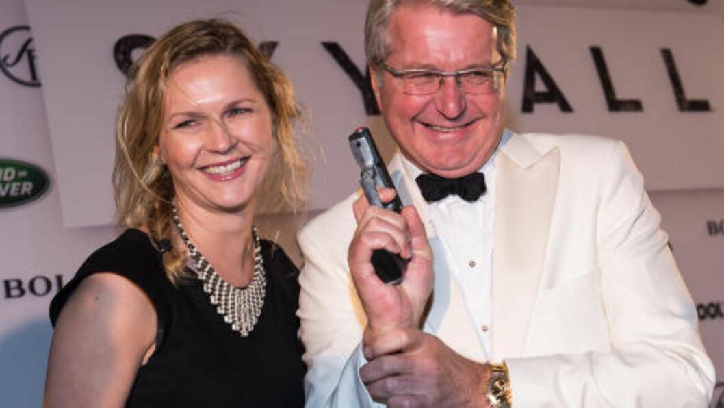 <strong>FALT IKKE I GOD JORD:</strong> Oslo-ordfører poserte med pistol under premieren på James Bond-filmen «Skyfall» i forrige uke. Foto: Stella Pictures