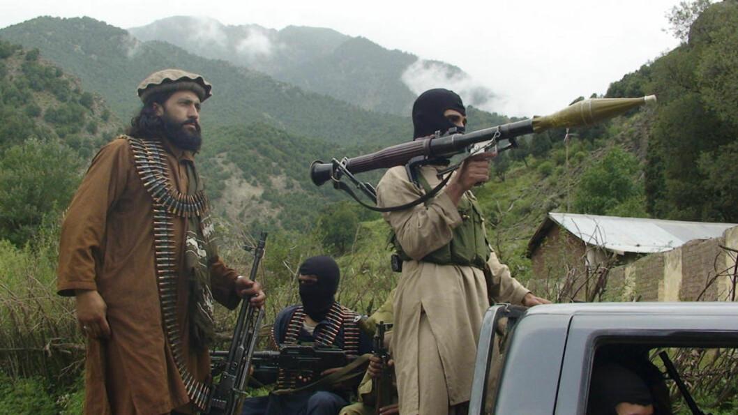 <strong>TALIBAN-KRIGERE:</strong> En tysker som reiste til Waziristan-regionen for å bli jihadist, forklarer i retten at han angrer på det han gjorde. Her er en gruppe taliban-soldater ute på patrulje i grenseområdet som er hardt rammet av krigen. Foto: AP Photo / Ishtiaq Mahsud / NTB Scanpix