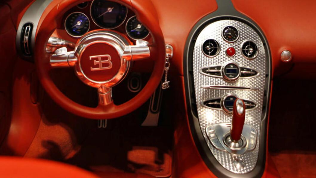 KLASSISK Bugatti har laget heftige sportsbiler i utallige tiår, og selv i de nyeste, er mye av det klassiske beholdt. Foto: AP/NTB Scanpix