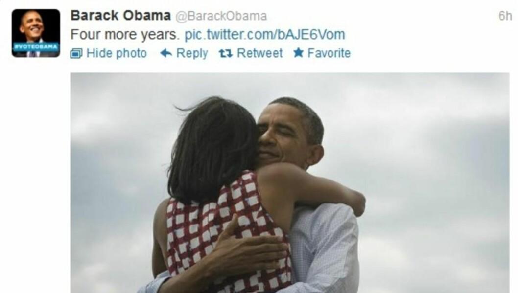<strong>SATTE REKORD:</strong> Med et bilde av seg selv i omfavnelse med kona Michelle Obama, satte den nyvalgte presidenten i USA, Barack Obama, ny Twitter-rekord. Meldingen er den mest delte noensinne, da den er delt over 560 000 ganger i skrivende stund. Foto: Skjermdump / Twitter