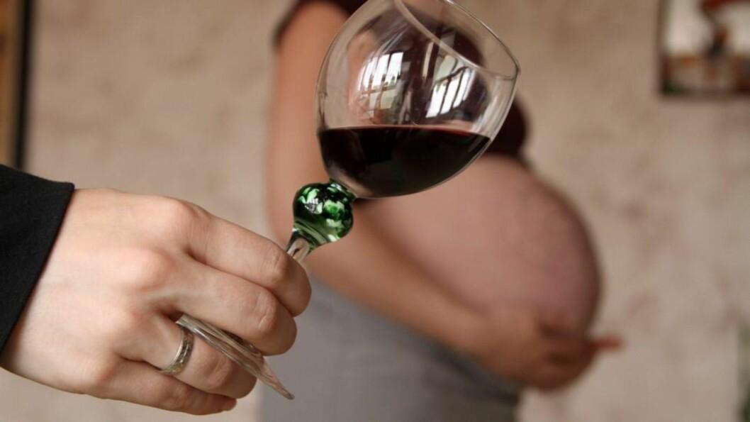<strong>NULLTOLERANSE:</strong> Tidligere har man trodd at det skulle være greit å drikke et par glass alkohol nå og da under graviditeten. Nå viser derimot en ny storstudie at selv de minste mengder alkohol kan skade fosteret - og påvirke deres IQ. Illustrasjonsfoto: Colourbox