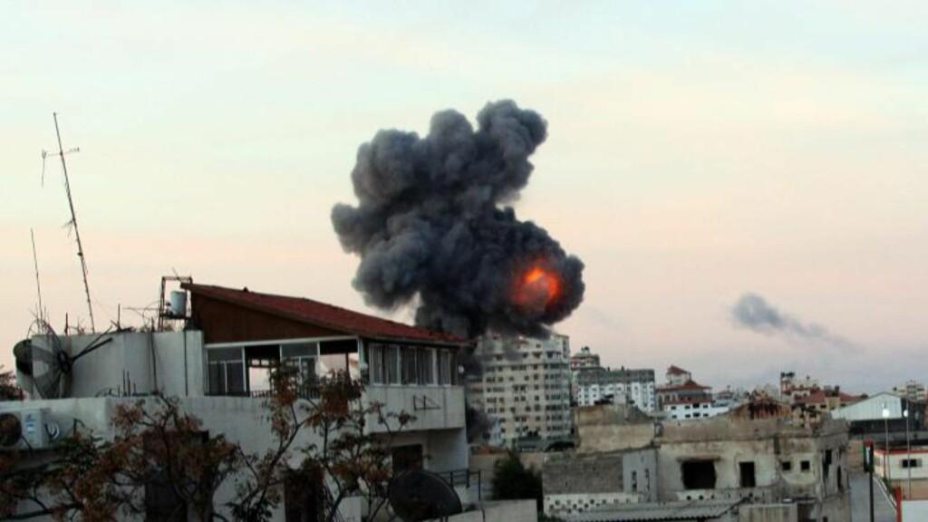 I MORGES: Røyk fra en bygning i Gaza by i morges. Israel fortsatte sine angrep gjennom natta og i morges. Foto: MOHAMMED SABER / EPA / NTB scanpix