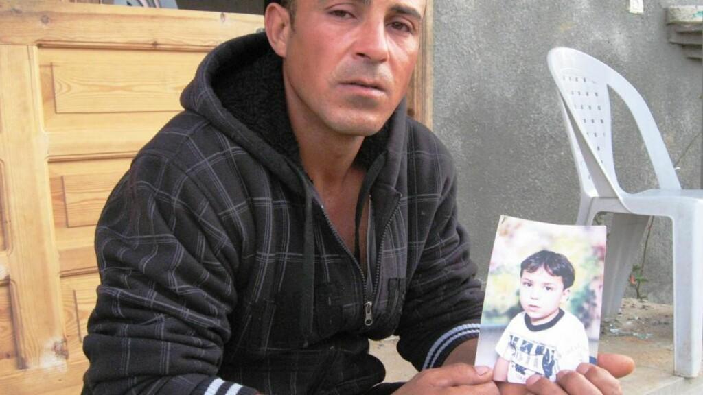 MISTET SØNNEN: Ahmed Bassiouny viser fram bilde av sønnen Fares (9) som ble drept i et israelsk rakettangrep nord på Gazastripen. Foto: Arne Lapidus