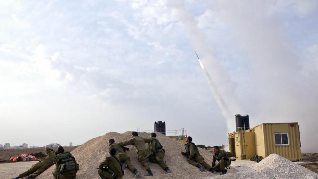 AVVERGET RAKETTANGREP: Israelske soldater bemanner en rakettskjoldstilling i det sørlige Israel. En Hamas-rakett med retning mot Tel Aviv skal ha blitt skutt ned lørdag ettermiddag. Foto: JIM HOLLANDER / EPA