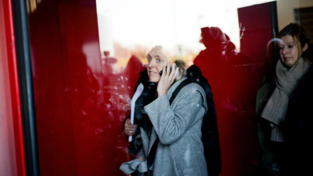 ENDELIG FERDIG: Elisabeth Goffeng leder for de kabinansatte i Norge kommer ut av SAS-huset på Kastrup mandag morgen. Hun har sittet i forhandlinger mer eller mindre i ett strekk siden onsdag. Foto: Fredrik Varfjell / NTB scanpix